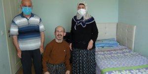 80 yaşındaki anne 40 yıldır oğlunun yanından ayrılmıyor