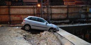 Betona çarpan otomobildeki 2 kişi yaralandı