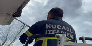 Çatıya asılı kaldı, Büyükşehir ekipleri zamanla yarıştı