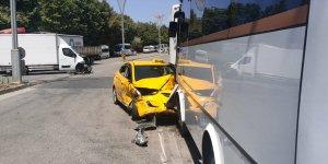 Gebze'de kamyonet ile taksi çarpıştı: 2 yaralı