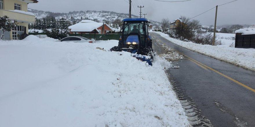 koylerde,-traktor-kar-bicaklariyla-yollara-aciliyor-(1).jpg