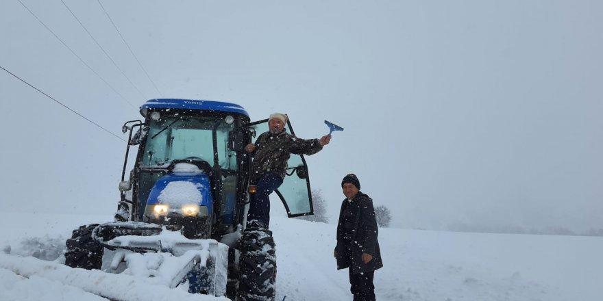 koylerde,-traktor-kar-bicaklariyla-yollara-aciliyor-(3).jpg