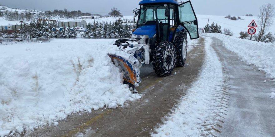 koylerde,-traktor-kar-bicaklariyla-yollara-aciliyor-(5).jpg
