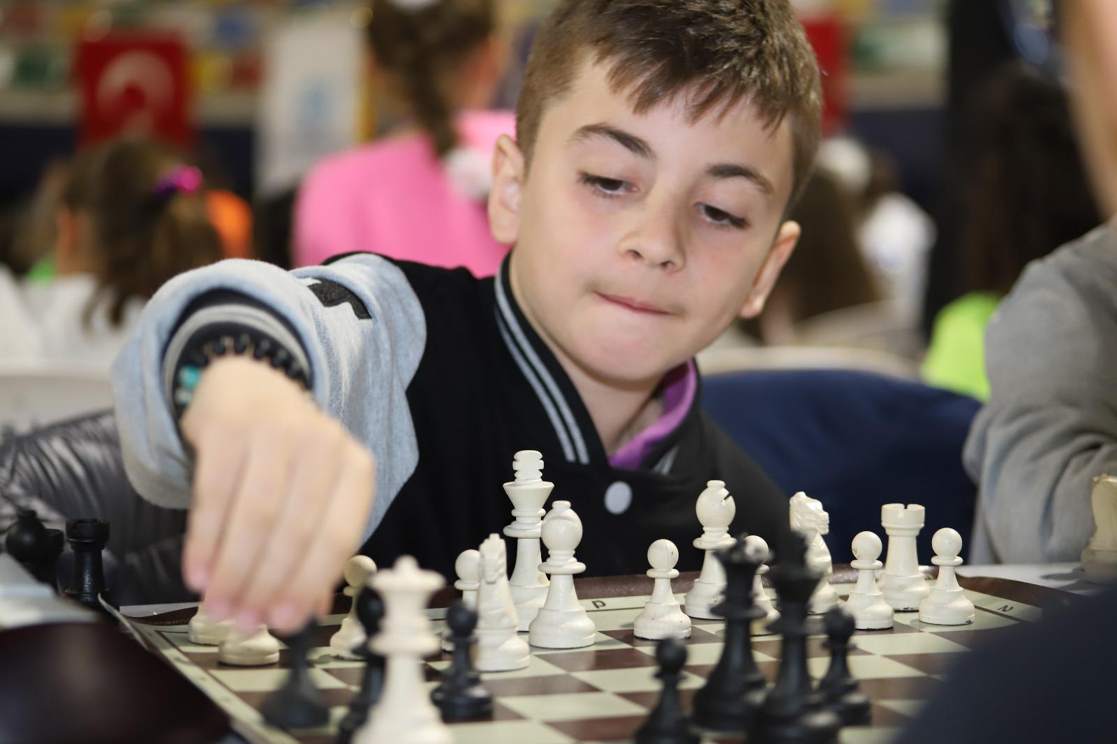 okullar-arasi-satranc-turnuvasi-heyecani-yasaniyor-(4).jpeg