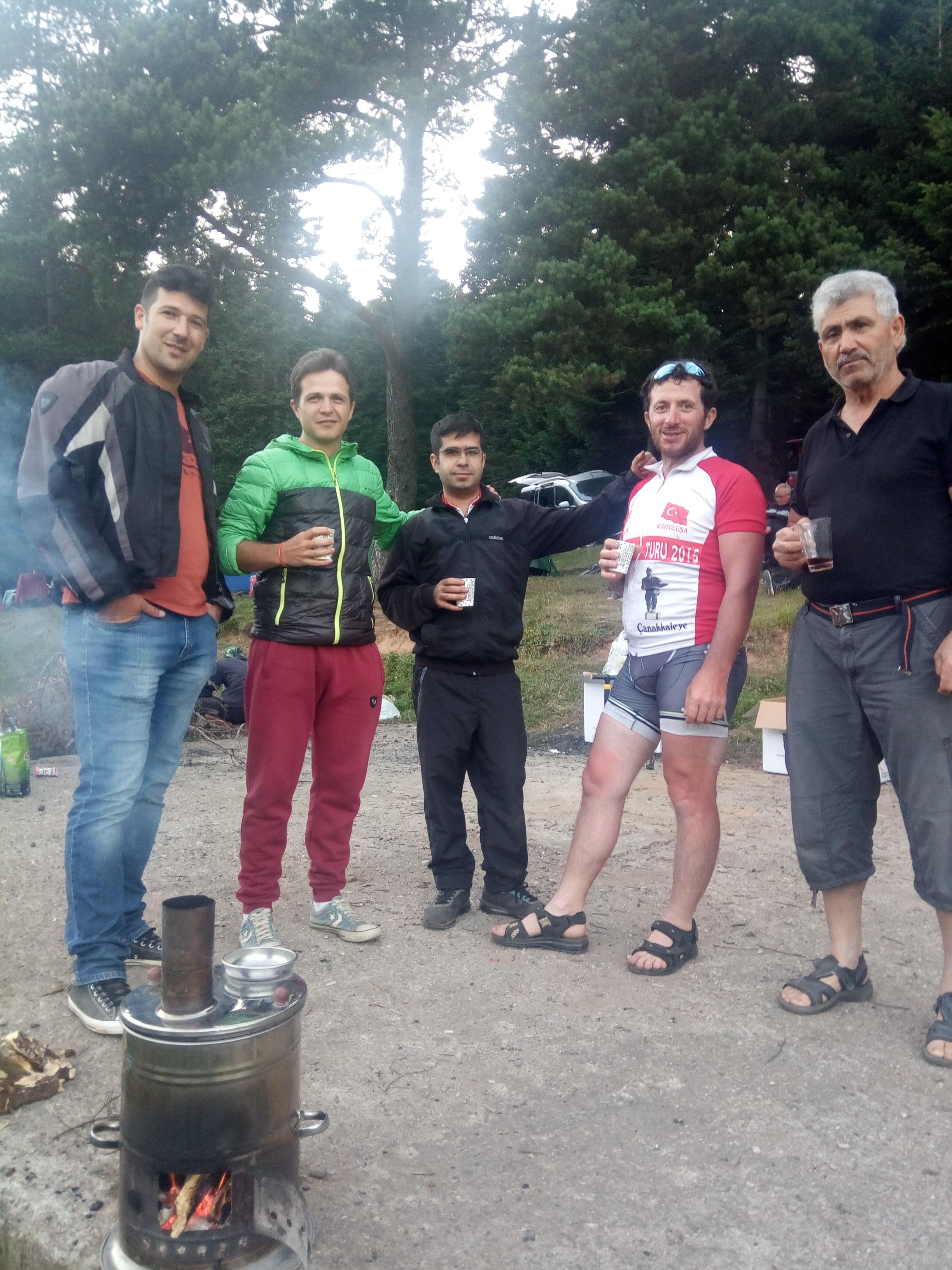 zorlu-parkur-ardindan-zirveye-ulasan-bisikletciler-kamp-alaninda-caylarini-yudumlayip-sohbet-ettiler.jpg