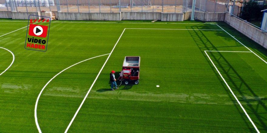 Futbol sahasına yeni çimleri serildi