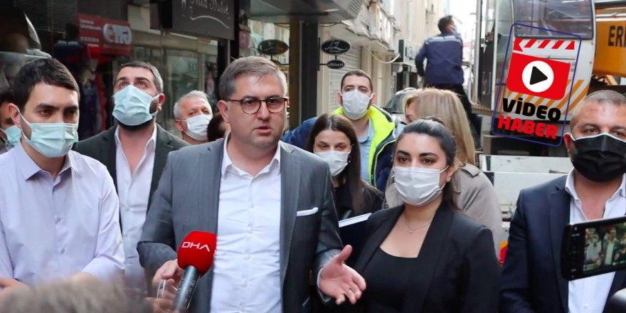 CHP afişlerin indirilmesini Alkışlarla protesto etti